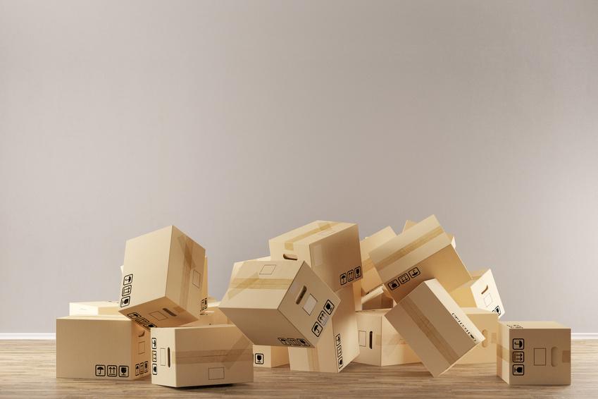 Umzugskartons fallen auf den Boden beim Umzug